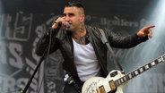 Sänger und Gitarrist Sammy Amara singt auf der Bühne beim Deichbrand Festival 2013. © NDR Fotograf: Andreas Kluge