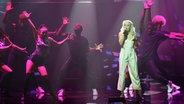 Die schwedische Sängerin Zara Larsson tritt am 07.04.2016 in Berlin bei der 25. Verleihung des Deutschen Musikpreises Echo auf. © dpa - Bildfunk Fotograf: Clemens Bilan