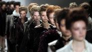 Zu sehen sind Models auf dem Laufsteg der Ruffian-Show bei der New York Fashion Week 2014. © picture alliance Foto: Justin Lane