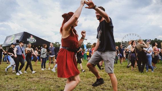 Fans tanzen auf dem Hurricane Festival 2019 in Scheeßel. © N-JOY / NDR / Benjamin Hüllenkremer Foto: Benjamin Hüllenkremer