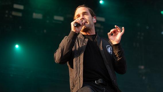Sänger Bosse auf der Bühne beim Hurricane Festival 2019 in Scheeßel.  Foto: Benjamin Hüllenkremer