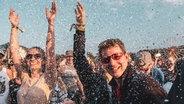 Fans beim Auftritt von Sänger Bosse beim Hurricane Festival 2019 in Scheeßel.  Foto: Benjamin Hüllenkremer
