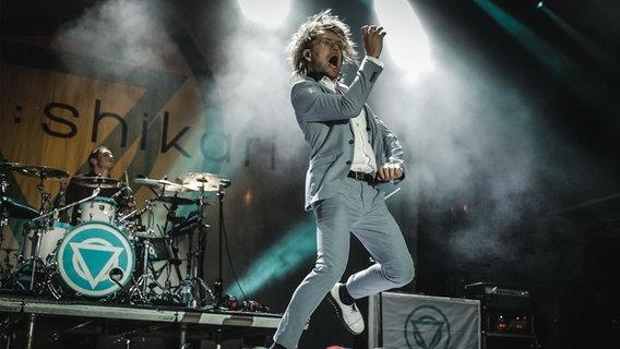 Enter Shikari auf der Bühne beim Rock for People Festival.