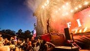 Der Rapper Macklemore bei seinem Auftritt beim Hurricane Festival in Scheeßel 2019.  Foto: Julian Rausche