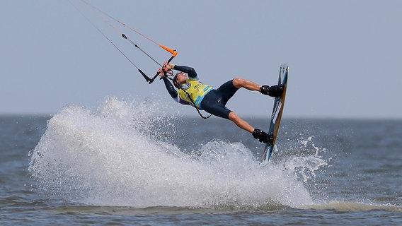 Ein Kitesurfer in Aktion beim Kitesurf World Cup in St. Peter Ording © NDR