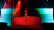 Fritz Kalkbrenner auf der Bühne beim Deichbrand Festival 2015. © NDR Fotograf: Benjamin Hüllenkremer