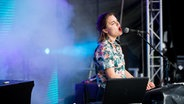 Die Künstlerin Sophia Kennedy singt auf der Bühne beim Dockville Festival. © NDR/ Benjamin Hüllenkremer Fotograf: Benjamin Hüllenkremer