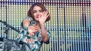 Sophia Kennedy auf der Bühne beim Dockville Festival. © NDR/ Benjamin Hüllenkremer Fotograf: Benjamin Hüllenkremer