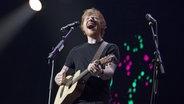 Ed Sheeran mit seiner Gitarre auf der Konzertbühne in Hamburg. © imago/Future Image Fotograf: Future Image