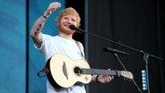 Ed Sheeran auf der Bühne bei seinem Konzert am 25. Juli 2018 auf der Hamburger Trabrennbahn. © NDR Fotograf: Mirko Hannemann
