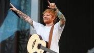 Ed Sheeran auf der Bühne bei seinem Konzert am 25. Juli 2018 auf der Hamburger Trabrennbahn. © NDR Foto: Mirko Hannemann