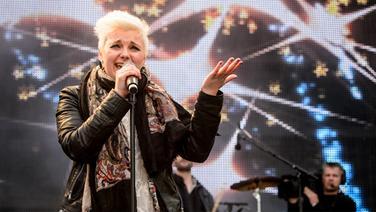 Elaiza-Frontfrau Ela Steinmetz singt beim Hafengeburtstag auf der N-JOY Bühne.  Fotograf: Benjamin Hüllenkremer