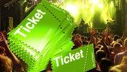 Fotomontage: Konzerttickets im Vordergrund vor Publikum. © fotolia.com Fotograf:  drx , Visual Concepts