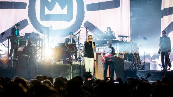 Die Band Seeed auf der Bühne der Alsterdorfer Sporthalle. © NDR/N-JOY Foto: Philipp Szyza