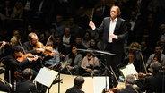"""Das NDR Elbphilharmonie Orchester und Tim Bendzko spielen bei """"Klassik meets Pop"""" in der Hamburger Elbphilharmonie. © NDR Fotograf: Benjamin Hüllenkremer"""