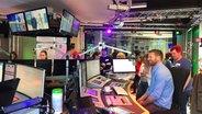 """N-JOY Hörer bei Kuhlage und Hardeland im Studio - bei der """"N-JOY Morningshow LIVE"""" zur Aktion """"Wünsch dir deinen NDR"""". © NDR/N-JOY"""