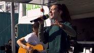 Das Bild zeigt die Sängerin Amanda Tenfjord beim Auftritt am Reeperbus. © N-JOY / NDR Foto: N-JOY / NDR