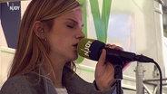 Das Bild zeigt die Sängerin Amilli am N-JOY Reeperbus. © NDR / N-JOY Foto: NDR / N-JOY
