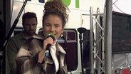 Das Bild zeigt die Sängerin Emma Steinbakken beim Auftritt am Reeperbus. © N-JOY / NDR Foto: N-JOY / NDR