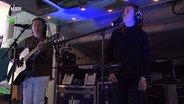 Das Bild zeigt die Sängerin Thorsteinn Einarsson am N-JOY Reeperbus. © NDR / N-JOY Foto: NDR / N-JOY