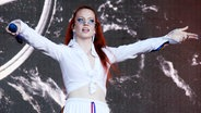 Das Bild zeigt die Sängerin Jess Glynne bei einem Auftritt. © picture alliance / Photoshot Foto: picture alliance / Photoshot