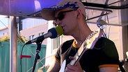 Das Bild zeigt einen Künstler beim Auftritt am Reeperbus. © NDR / N-JOY Foto: NDR / N-JOY