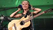 Das Foto zeigt den Live-Auftritt von Alice Phoebe Lou beim N-JOY Reeperbus.  Fotograf: N-JOY