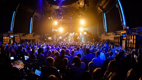 Eine Bühne mit Publikum beim Reeperbahn Festival 2016 © NDR Foto: Benjamin Hüllenkremer