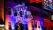Das Logo des Reeperbahn-Festival 2016, mit einem Beamer auf eine Hauswand gestrahlt. © NDR Foto: Benjamin Hüllenkremer