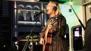 Konni Kass bei ihrem Reeperbus-Konzert beim Reeperbahn Festival 2016. © NDR