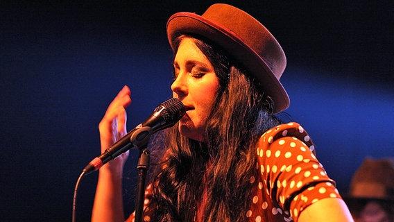 Sängerin der Band Miss Li singt auf der Festival-Bühne. © fotografirma/NDR Foto: Andreas Kluge