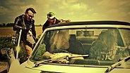Die Band Turin Brakes. Insgesamt vier Männer. Zwei sitzen im Auto, die anderen beiden stehen daneben. © Roger Sargent Foto: Roger Sargent