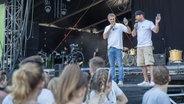 Jens Hardeland und Andreas Kuhlage stehen auf der Bühne der N-JOY Starshow 2017. © NDR Fotograf: Axel Herzig