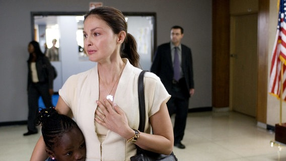 Zu sehen ist Ashley Judd in ihrer Rolle in Crossing Over. © picture alliance/Everett Collection