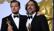 "Leonardo DiCaprio und Alejandro G. Iñárritu mit ihren Oscars für ""The Revenant"". © imago / UPI Photo"