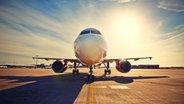 Ein Flugzeug auf der Landebahn. Es ist Sommer. © Fotolia Foto: Chalabala