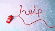"""Das Bild zeigt eine rote Schnur, die das Wort """"Help"""" (Hilfe) legt. © Photocase Foto: esmaqe"""