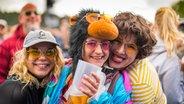 Verkleidete Besucherinnen lachen in die Kamera beim Hurricane-Festival in Scheeßel 2018. © NDR Foto: Julian Rausche