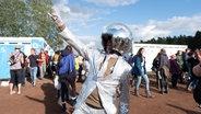 Mann mit Disco-Kugel-Helm beim Hurricane Festival 2018 in Scheeßel. © NDR Foto: Benjamin Hüllenkremer