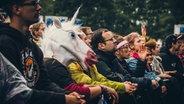 Ein Einhorn im Publikum auf dem Hurricane Festival 2018 in Scheeßel. © NDR Foto: Benjamin Hüllenkremer