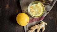 Heiße Zitrone mit Ingwer im Glas © imago/Westend61