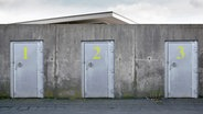 Drei Türen mit gelben Nummern © Plainpicture/Westend61