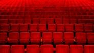 Die roten Sitze in einem Kino- oder Theatersaal. © Photocase Foto: kallejipp
