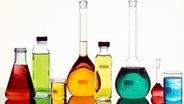 Laborgefäße gefüllt mit farbigen Flüssigkeiten © picture-alliance / Newscom