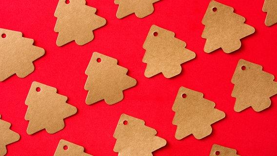 Geschenkeanhänger in Form von Weihnachtsbäumen. © etorres69 / photocase.de Foto: etorres69 / photocase.de