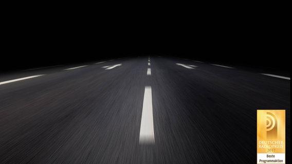 Eine dunkle Straße bei Nacht. © imago / STPP
