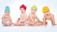 Fünf Babys liegen nebeneinander auf einer Decke. © Plainpicture/cultura Foto: Aurelia and Morgan David De Lossy