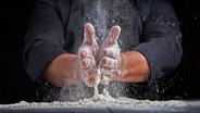 Ein Mann backt und schmeißt dabei Mehl durch die Gegend. © ndanko / photocase.de Foto: ndanko / photocase.de