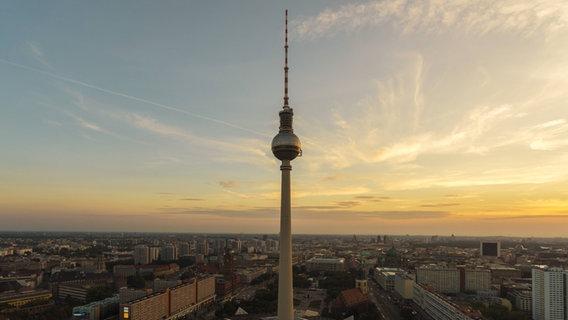 Berlin von oben während des Sonnenuntergangs. © imago/Westend61 Foto: Westend61