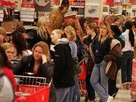 In einem amerikanischen Supermarkt in Michigan im November 2009 stehen Menschen in einer sehr langen Schlange. © picture alliance / landov Foto: Eric Seals